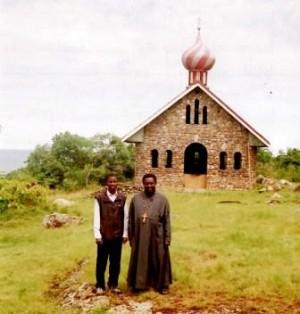 Перед недостроенной церковью.