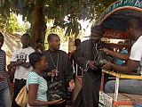 Отцы Грегуар и Жан выдают<br>гуманитарную помощь прихожанам.<br>Апрель 2010 г.