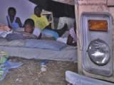 Гаити: ночевка на улице после землетрясений. Фото: VOA