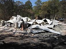 Крыша сгоревшего дома.