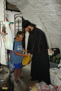 С Вашей помощью беженцы обеспечены едой и медикаментами.