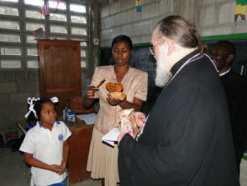 Школьница приветствует Митрополита Илариона.