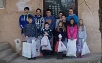 Сербские дети получают подарки от жертвователей.