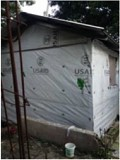 В этом сооружении живет семья Бельтюд с тех пор, как землетрясение разрушило их дом в 2010 г.