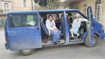 Девочки в старом микроавтобусе.