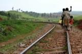 Дети в Уганде идут за водой  <br>пешком за несколько километров.