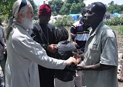 Прот.Даниил МакКензи,<br>администратор миссии РПЦЗ в Гаити,<br>знакомится с прихожанами в Порт-о-Пренс.<br>Апрель 2010 г. фото Сергея МакКензи