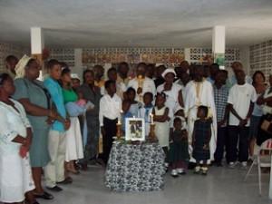 Члены прихода Рождества Богородицы в Порт-о-Пренс<br/>после панихиды по жертвам<br/>землетрясения 12 янв. 2010 г.